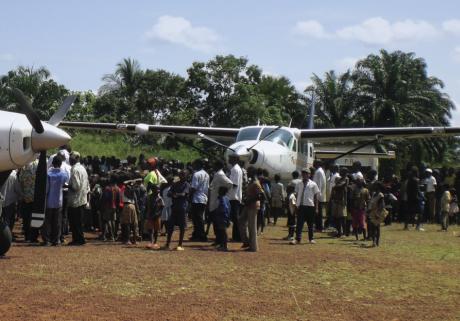 De nombreuses entreprises du CAC 40 et du monde du voyage d'affaires soutiennent Aviation sans frontières qui achemine en Afrique des produits de première nécessité ou accompagne des centaines d'enfants en urgence de soins pour les faire opérer en Europe.