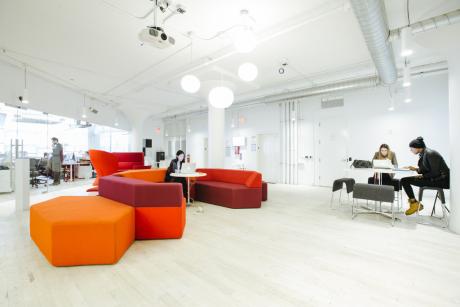 Un design épuré et un esprit d'entraide : c'est avant tout une atmosphère que viennent rechercher les coworkers dans ces tiers lieux très tendance.
