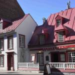 Avec son architecture d'inspiration française, la maison Jacquet, le plus ancien bâtiment du Vieux-Québec construit en 1675, rappelle le passé d'une ville qui fut capitale de la Nouvelle-France, au temps où le roi de France régnait sur un territoire allant du Grand Nord jusqu'à la Louisiane.