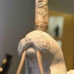 À travers les oeuvres exposées, la galerie Brousseau à Québec met en valeur les artistes inuits contemporains.