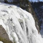 Un séjour au Québec permet la pratique d'activités typiquement nordiques, comme des concours de sciage de bûches ou le survol en hydraski de l'immensité blanche et de chutes d'eau prises par les glaces.
