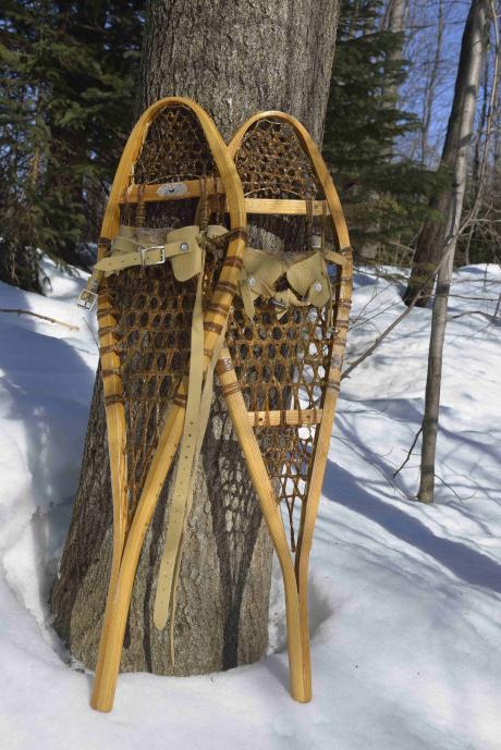 Confrontés aux exubérances glacées de la nature, les Amérindiens ont inventé des moyens de déplacement – raquettes à neige et skis tendus de peau de phoque – qui font aujourd'hui le bonheur des randonneurs.