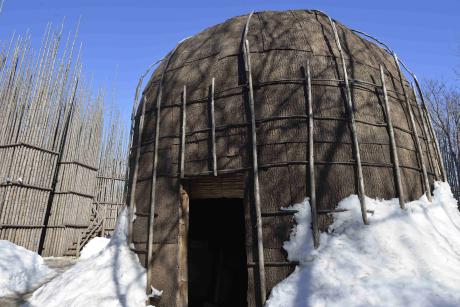 Non loin de Québec, l'Hôtel-Musée Premières Nations s'attache à préserver le patrimoine culturel de la communauté amérindiennne Wendat, que les colons français dénommèrent Hurons. Cette volonté est marquée par la reconstitution d'un village traditionnel avec une maison longue pouvant abriter jusqu'à 10 familles.