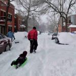 Les tempêtes de neige ? Un épiphénomène pour les Montréalais, qui font contre mauvaise fortune de la nature bon coeur, transformant les rues qui mènent au parc du Mont-Royal en piste de luge.