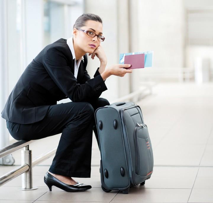 Une voyageuse d'affaires attend son vol retardé (DR)