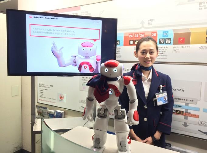 Le robot NAO renseigne les voyageurs d'affaires à Tokyo Haneda