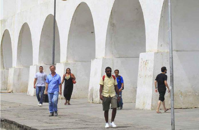 Aqueduc à l'époque portugaise, les arches de Lapa soutiennent le passage du bonde, pittoresque tramway montant au quartier bohême de Santa Teresa récemment remis en service.