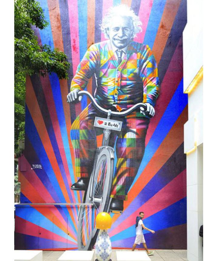 Einstein revu façon street art : le muraliste Eduardo Kobra a récemment dévoilé un de ses gigantesques portraits qui l'ont fait connaître de par le monde. Une oeuvre qui résume l'esprit de sa ville natale, où l'inventivité et la bicyclette s'inscrivent dans le quotidien.