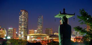 La skyline de Gangnam se dessine face au Bouddha du temple Bongeunsa