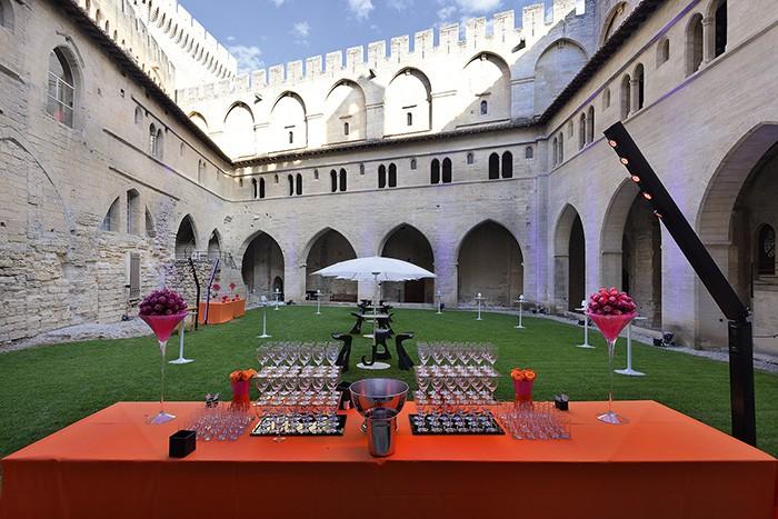 AVIGNON – Être reçu comme des papes. Nulle part plus qu'à Avignon, cette expression prend tout son sens. En plus de ses 16 salles, le centre de congrès offre un cadre unique, classé à l'Unesco.