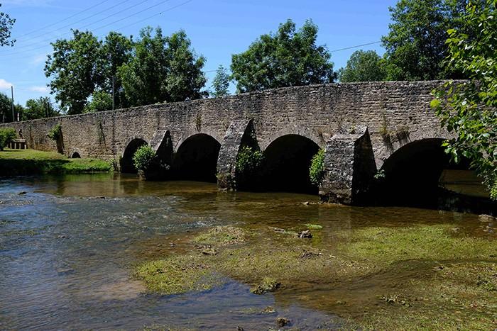 Au détour d'une route, le charme fou d'un vieux pont du XVIIe siècle.