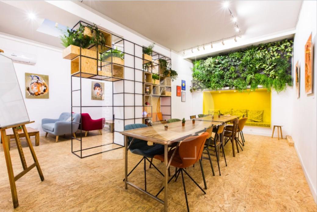 Bureaux open space google: un petit g teau a la cafét de chez google