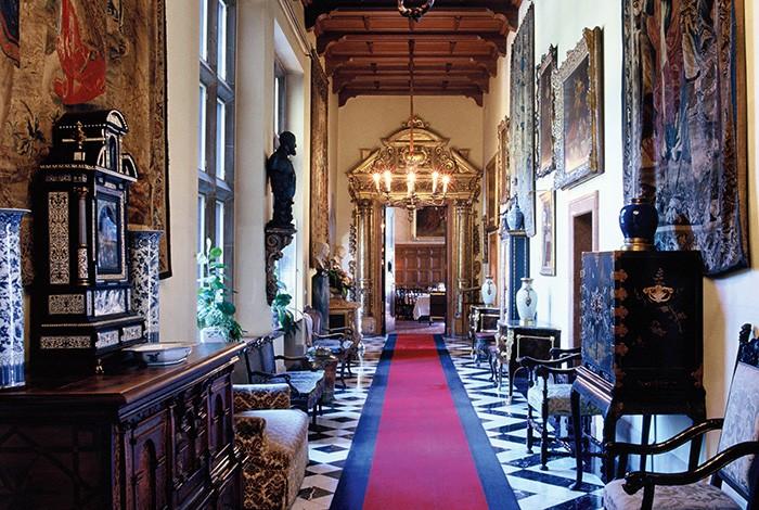 Près de Francfort, le Schlosshotel Kronberg, construit à la fin du XIXe siècle pour l'impératrice Victoria Friedrich, prête son cadre pour des événements chargés d'histoire.
