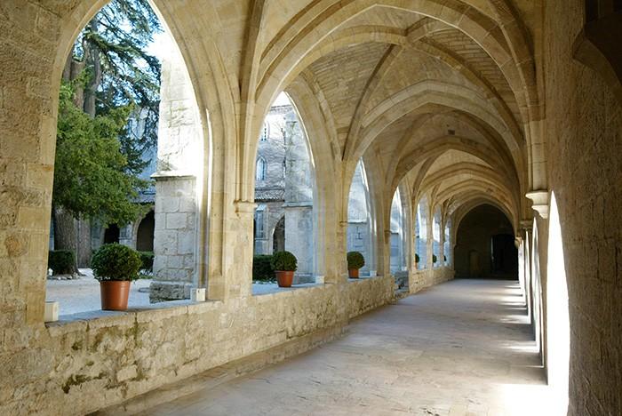 Dans le cloître du Couvent Royal de Saint-Maximin, une porte conduit à la basilique sainte Marie-Madeleine, où les groupes peuvent apprécier des concerts d'orgue privés. Émotion garantie.
