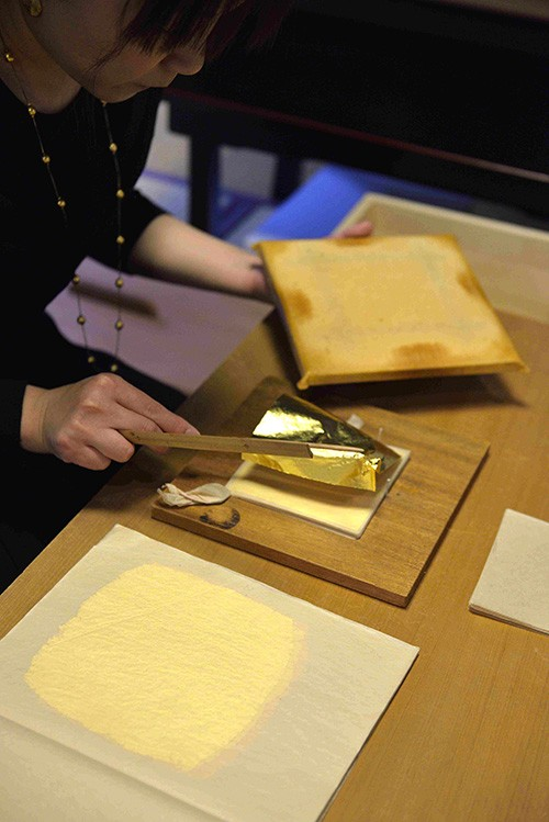 Dorure à l'or fin, peinture sur soie : le Kyoto Museum of Fine Crafts présente l'exceptionnelle minutie d'artisans parmi les plus réputés du pays.