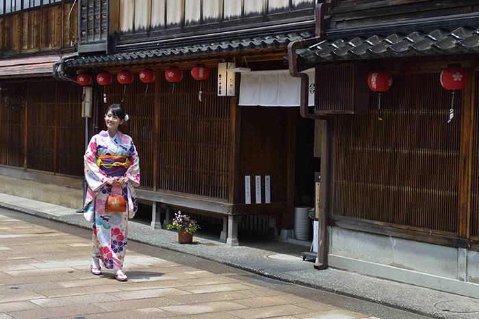 Les jolies traditions japonaises séduisent tant les touristes, que certaines n'hésitent pas à louer des kimonos pour se fondre dans l'atmosphère authentique de Kanazawa