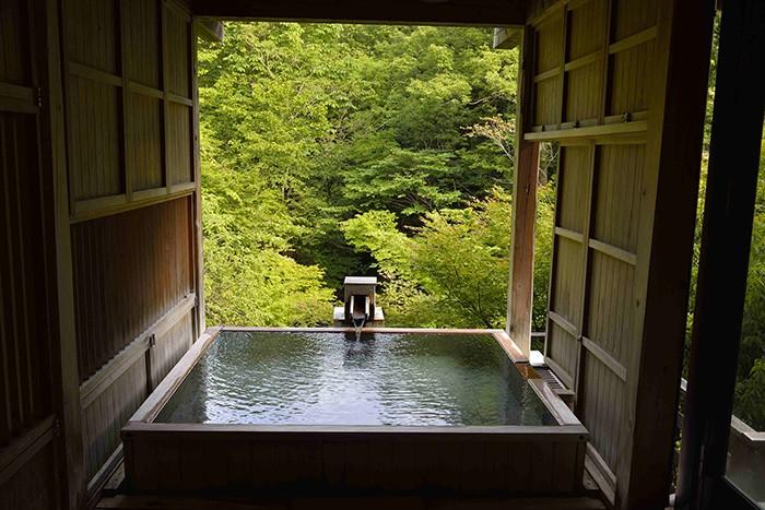 À Yamanaka Onsen, le très chic ryokan Kayotei offre l'expérience apaisante d'un bain privé en pleine nature.