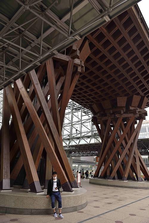 Depuis 2015, la gare de Kanazawa accueille les Shinkansen. Ce nouveau temple dédié aux trains à grande vitesse est précédé, comme il se doit pour un sanctuaire shinto, par un tori en bois réinterprété.