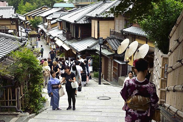 Des ruelles bordées d'échoppes hors du temps montent au temple de Kiyomizu-dera, un des innombrables joyaux de Kyoto.