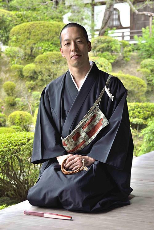 À Kyoto, au temple de Kiyomizu- dera, dédié à Kannon, la divinité de la compassion, le révérend Eigen Onishi éveille les touristes occidentaux aux subtilités de la pensée bouddhique.