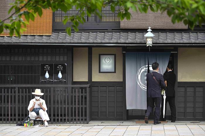 Kyoto est le conservatoire des traditions de tout un pays, de son artisanat comme de sa haute gastronomie, servie dans les nombreux restaurants haut de gamme de la ville.