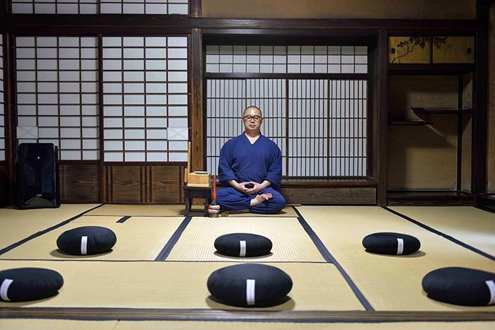 Porter son attention sur sa respiration, laisser passer l'agitation des pensées pour mieux se rattacher au souffle du monde : au sein du temple Shunko-in de Kyoto, le moine Takafumi Kawakami enseigne les bases de la méditation zen aux voyageurs d'affaires happés par leur quotidien.