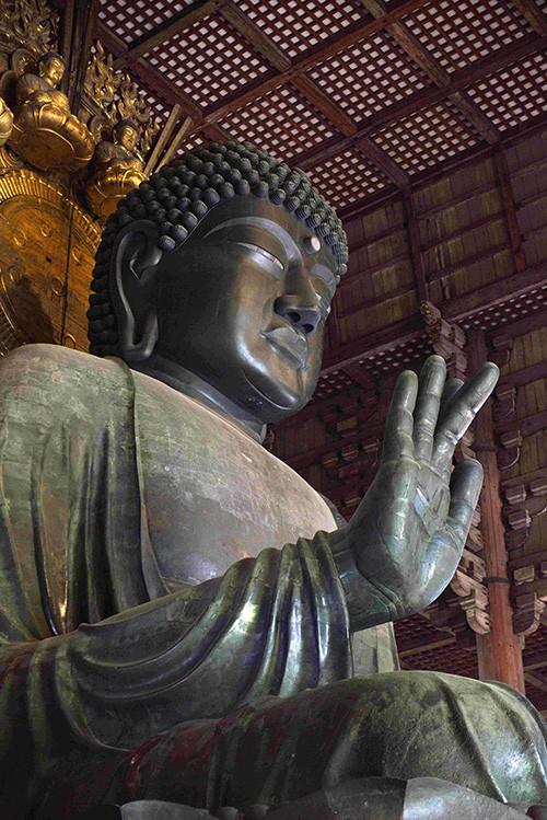 """À Nara, le temple Todai-ji abrite la plus grande représentation au monde – 15 m. de haut – du Bouddha Vairocana, le """"grand soleil"""", celui qui illumine le cosmos de sa lumière spirituelle."""