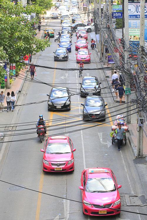 Sukhumvit Road, colonne vertébrale d'un quartier où gravitent boutiques de créateurs et lieux de vie branchés.