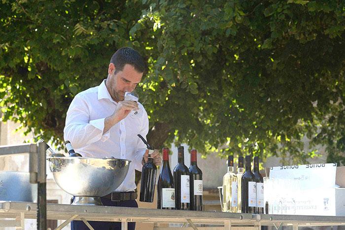 Niellucio pour les vins rouges, vermentino pour les blancs : les cépages insulaires se marient joliment avec les casses-croûtes de charcuterie et de fromage. © Alain Parinet