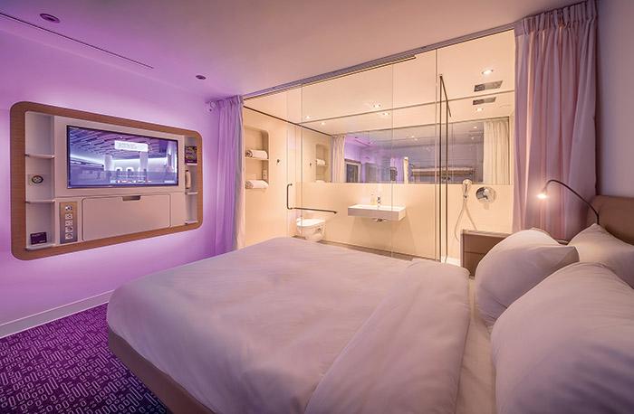 L'essentiel tient souvent en peu de place. YotelAir propose des cabines design offrant aux passagers un moment pour se rafraîchir à l'arrivée d'un vol long-courrier ou une vraie nuit de sommeil avant un départ tôt le matin.