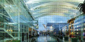 Des lieux dHilton Munich Airport Lobby-corrigee passage qui ont une âme : aux voyageurs toujours entre deux avions, le Hilton Munich Airport offre, le temps d'une nuit, un cadre inspirant avec son immense structure en verre dessinée par Helmut Jahn.