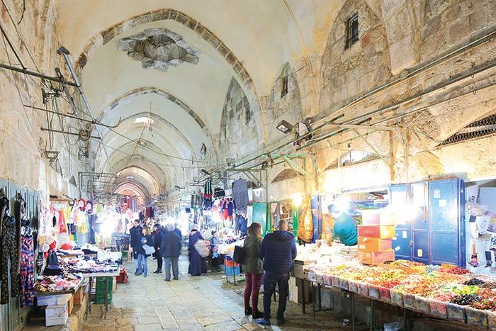 Dans la vieille ville, le souk, rempli de boutiques à souvenir et d'échoppes vendant légumes et épices, a conservé l'atmosphère de grand bazar à l'Orientale. ©Ludovic MAISANT