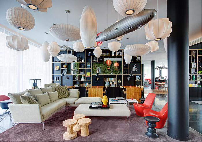 En plus d'un sens aigu du design, le CitizenM Paris CDG ajoute des espaces conviviaux où les voyageurs peuvent tromper la monotonie des déplacements.