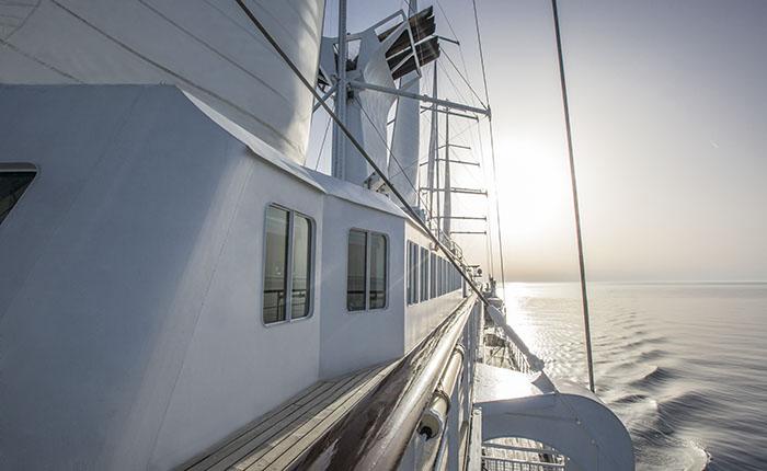 La ligne racée du Club Med 2, majestueuse goélette de cinq mâts, se faufile dans les criques pour des cocktails magiques au soleil couchant.