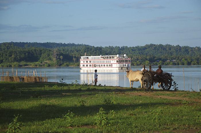 Luxueux bateau de 29 cabines, le Belmond Orcaella invite ses passagers à découvrir la Birmanie au rythme lent des rivières Chindwin et Irrawaddy, croisant sur sa route des bœufs tirant paisblement des charrettes et les dômes dorés des pagodes millénaires de Bagan.