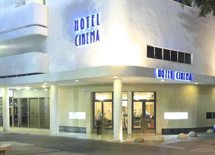 Après le clap de fin de ses écrans noirs, ce bâtiment Bauhaus accueille l'Hotel Cinema. ©LUDOVIC MAISANT