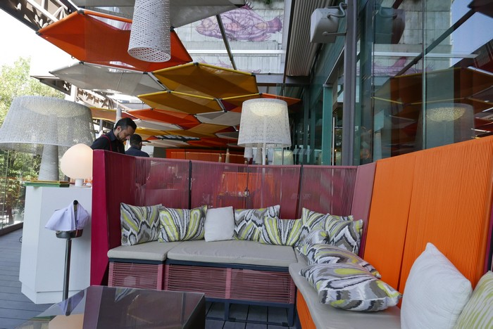 La terrasse colorée du W Mexico, dominée par l'oeuvre de Sego