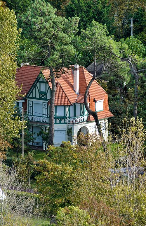 En bord de mer ou nichées dans la forêt, près de 2 000 villas font le charme de la station.