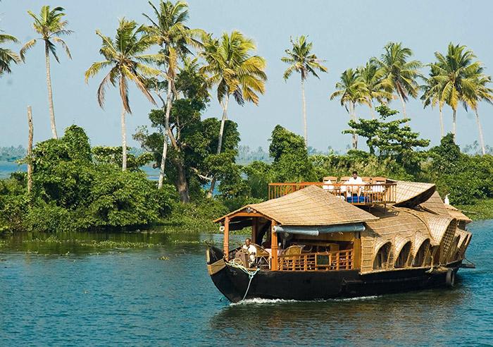 Construits en planches d'anguili – un bois noir très dur – ficelées par du chanvre, les kettuvalloms parcourent les backwaters, un réseau de canaux de plus de 1500 km sillonnant l'Etat du Kérala, au sud de l'Inde.