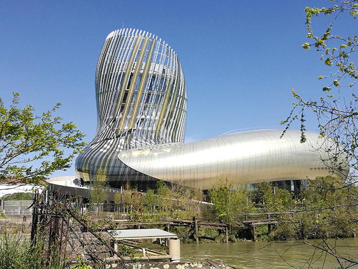 La Cité du Vin, aux allures de carafe à décanter.