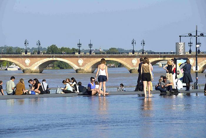 Le miroir d'eau, face au célèbre pont de pierre.