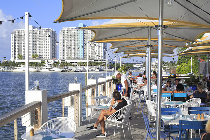 Soleil et farniente à la terrasse de l'hôtel Standard, près de South Beach. © Ludovic Maisant