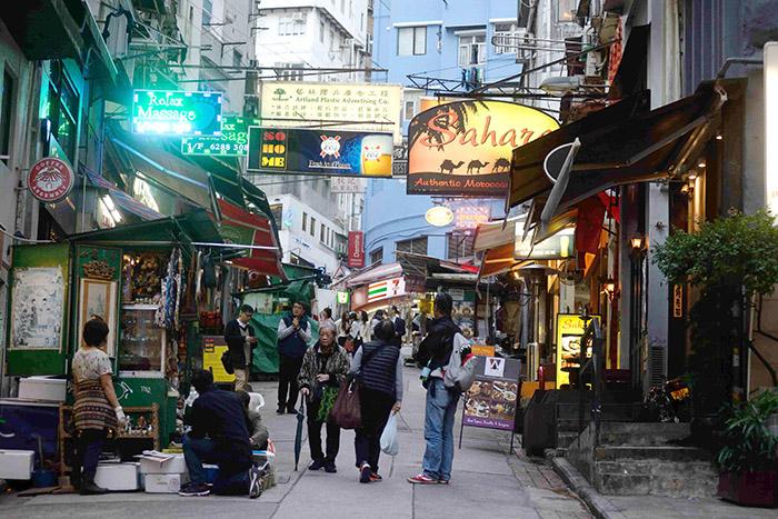 Le quartier n'en conserve pas moins son âme populaire, avec ses restaurants ouverts sur la rue et ses échoppes vendant de tout et de rien