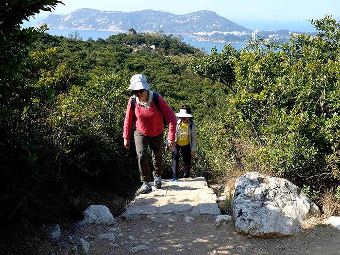 Loin du tumulte de la ville, le sud de l'île offre de paisibles chemins de randonnée au milieu d'un paysage quasi méditerranéen.