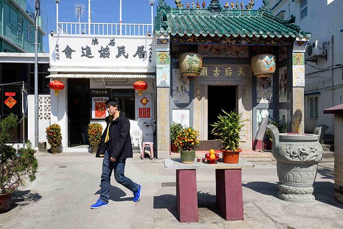 Mais une fois arrivé au village de Shek O, les devantures de la station balnéaire rappellent que Hong Kong n'est qu'à une demie-heure de bus à impériale.