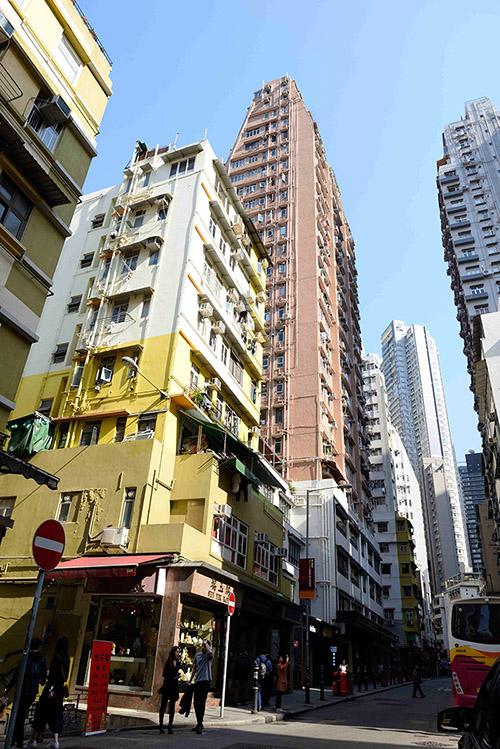 Linge à sécher, climatiseurs et balcons à tous les étages des gratte-ciel d'habitation, même les plus élevés.