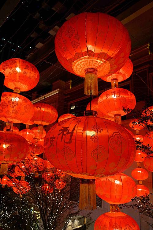 Des lanternes, des ruelles pleines de charme : le quartier d'Old Town Central évoque les scènes vues dans Le Monde de Suzie Wong ou In the Mood for Love. Un cadre idéal aussi bien pour les photographes en quête du Hong Kong éternel que pour les urban treks touristiques.