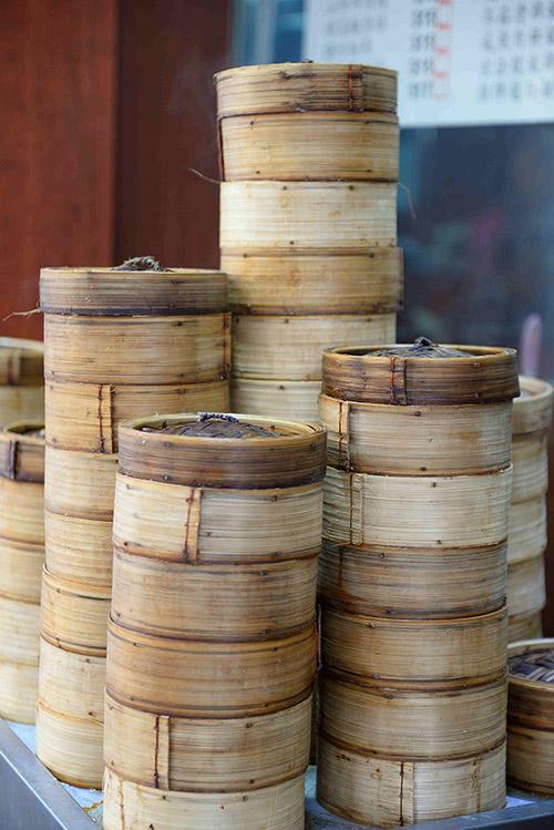 Avec ses marchands de dim sum au hasard des rues et ses restaurants à la bonne franquette, Hong Kong se prête à des escapades gastronomiques fabuleuses et pleines d'authenticité.