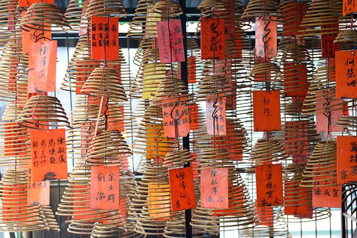 Suspendues aux plafonds des temples, une multitude de spirales diffusent d'entêtantes fumées d'encens.