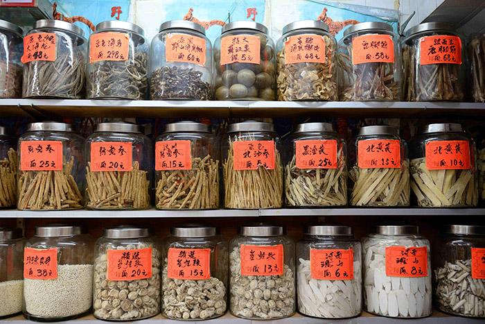 Plantes, racines, animaux en bocaux : les rayons des pharmacies traditionnelles ont des raisons que la raison occidentale ne connaît pas.